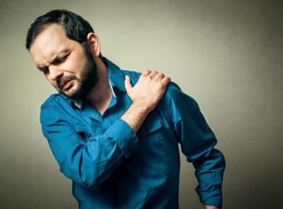 man experiencing shoulder pain